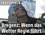 Wind verweht Kopftuch der Bühnenskulptur bei den Bregenzer Festspielen 2011/12