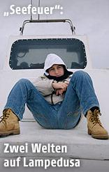 """Eine Szene aus dem Film """"Seefeuer"""" zeigt einen Buben auf einem Boot"""
