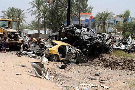 ausgebrannte Autos nach einem Selbstmordanschlag nordöstlich von Bagdad