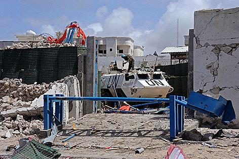 Zerstörungen nach Bombenanschlag in Mogadischu