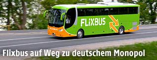 Ein Flixbus auf der Landstraße