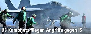 Ein amerikanischer F18-Jet startet von einem Flugzeugträger