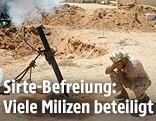 Kämpfer der libyschen Regierungstruppen beim Abschuss einer Mörsergranate