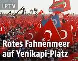 Erdogan-Anhänger schwenken türkische Fahnen