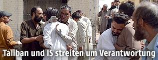 Trauernde Menschen am Ort des Anschlags in Quetta, Pakistan