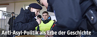 Tschechische Polizisten nehmen bei einer Übung die Daten eines vermeintlichen Flüchtlings auf