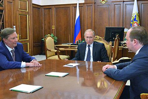 Der russische Präsident Wladimir Putin mit seinem neuen und seinem alten Stabschef