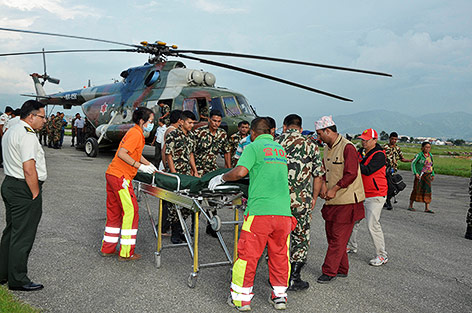 Verletzte werden in einen Helikopter de sMilitärs gebracht