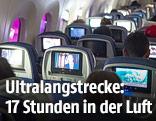 Passagiere sitzen in einer Flugzeugkabine