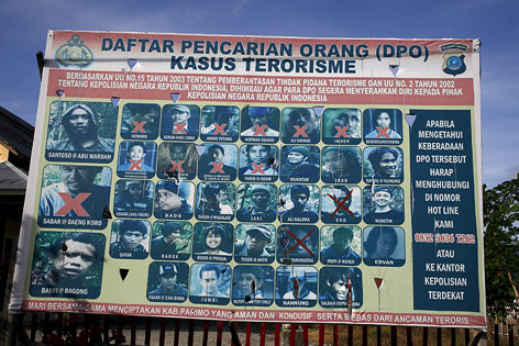 Schild zeigt gesuchte Terroristen