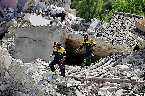 Feuerwehrleute auf der Suche nach Überlebenden