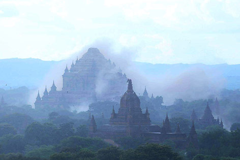 Staubwolke währende Erdbeben in Bagan (Myanmar)