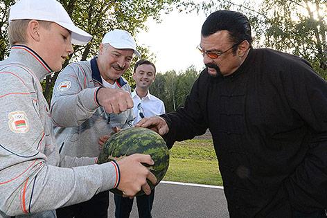 Steven Seagal und Alexander Lukaschenko mit Wassermelone