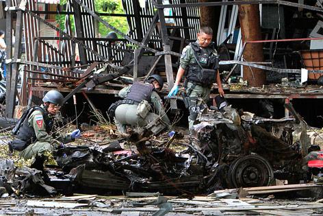 Militär vor dem zerstörten Autowrack
