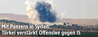 Rauchwolke nach Panzerbeschuss in der syrischen Ortschaft Dscharablus