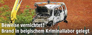 Das Fahrzeug, mit dem ein Brüsseler Kriminallabor gerammt wurde, wird mit einem Kran entfernt