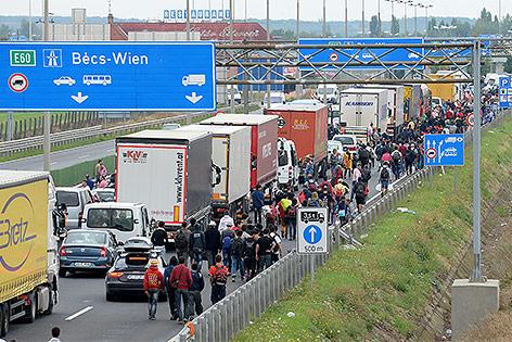 Flüchtlinge auf der ungarischen M1 Autobahn am Weg nach Österreich