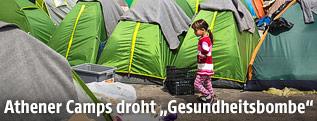 Mädchen vor mehreren Zelten