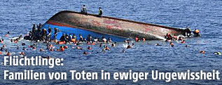 Gekentertes Boot mit Flüchtlingen