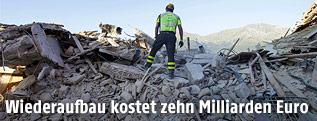 Feuerwehrmann auf den Trümmern eines eingestürzten Hauses