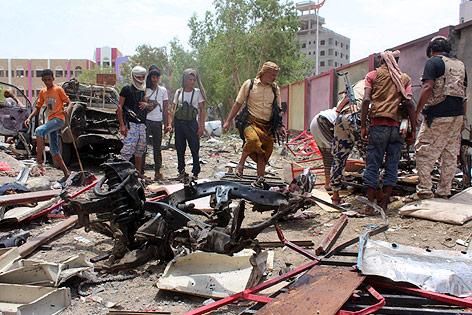 Wrackteile nach einem Selbstmordanschlag in Aden