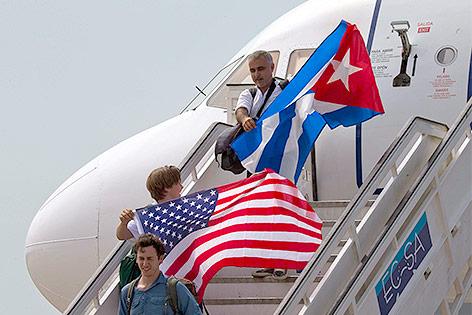 Passagiere mit kunanischer und amerikanischer Flagge
