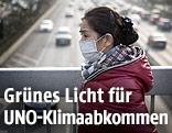 Frau mit Atemschutz