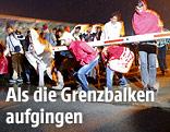 Menschen überqueren Grenzübergang bei Nickelsdorf