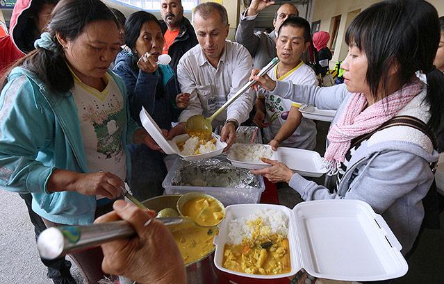 Frauen geben syrischen Flüchtlingen auf dem Wiener Westbahnhof warmes Essen