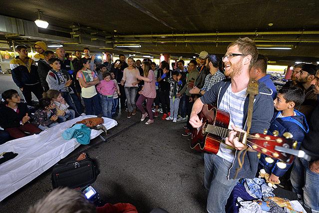 Private Musiker singen mit den Flüchtlingen am Salzburger Bahnhof