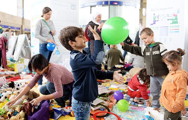 Kind spielt mit einem Luftballon