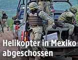 Mexikanische Soldaten an der Helikopterabsturzstelle
