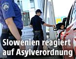 Slowenischer Grenzpolizist kontrolliert ein Auto