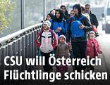 Flüchtlinge auf der Innbrücke bei Braunau