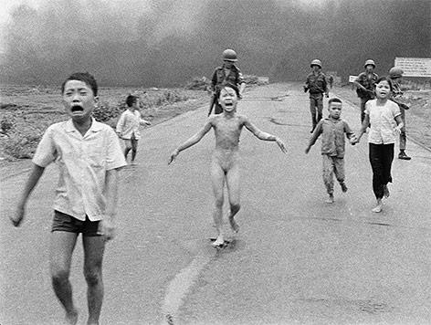 Archivbild aus dem Jahr 1972: Südvietnamesische Kinder rennen nach einer Napalmattacke zum Teil nackt über eine Straße