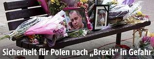 Abgelegte Blumen erinnern an einen getöteten polnischen Fabrikarbeiter