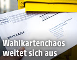 Wahlkarte beim Einwurf in den Postkasten