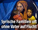 Syrische Mutter mit ihren Kindern in einem Zelt