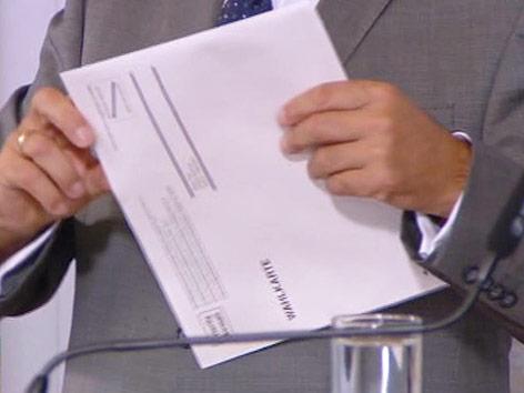 Innenminister Sobotka mit Wahlkarte