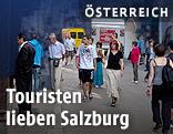 Touristen in der Getreidegasse in Salzburg