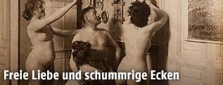 """Ausstellungsansicht von """"Sex in Wien"""" im Wien Museum zeigt historische Aufnahme von 4 nackten Frauen und einem Mann"""