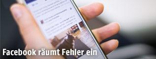Smartphone mit offener Facebook-App