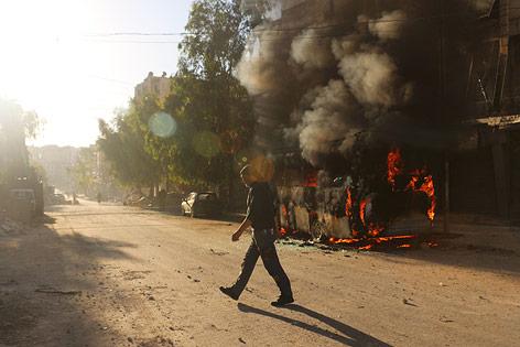 Brennender Bus nach Luftangriff in Aleppo