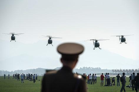 Vier Hubschrauber vom Typ Hughes MD-500 bei der Flugshow in Nordkorea
