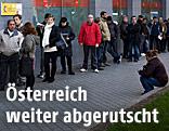 Menschen warten vor einem Arbeitsamt