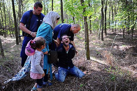 Ein Flüchtling wird verhaftet