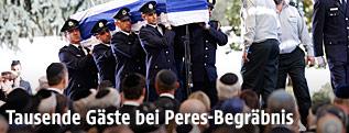 Der Sarg von Schimon Peres wird an den Trauergästen vorbeigetragen