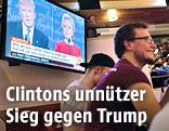 TV in einem Lokal zeigt Hillary Clinton und Donald Trump