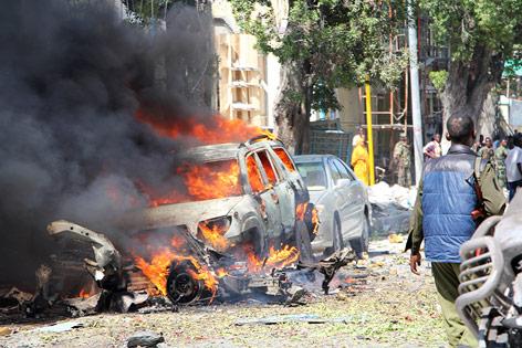 Brennendes Autowrack in Mogadischu