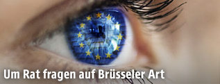 Das EU-Fahne spiegelt sich in einem menschlichen Auge